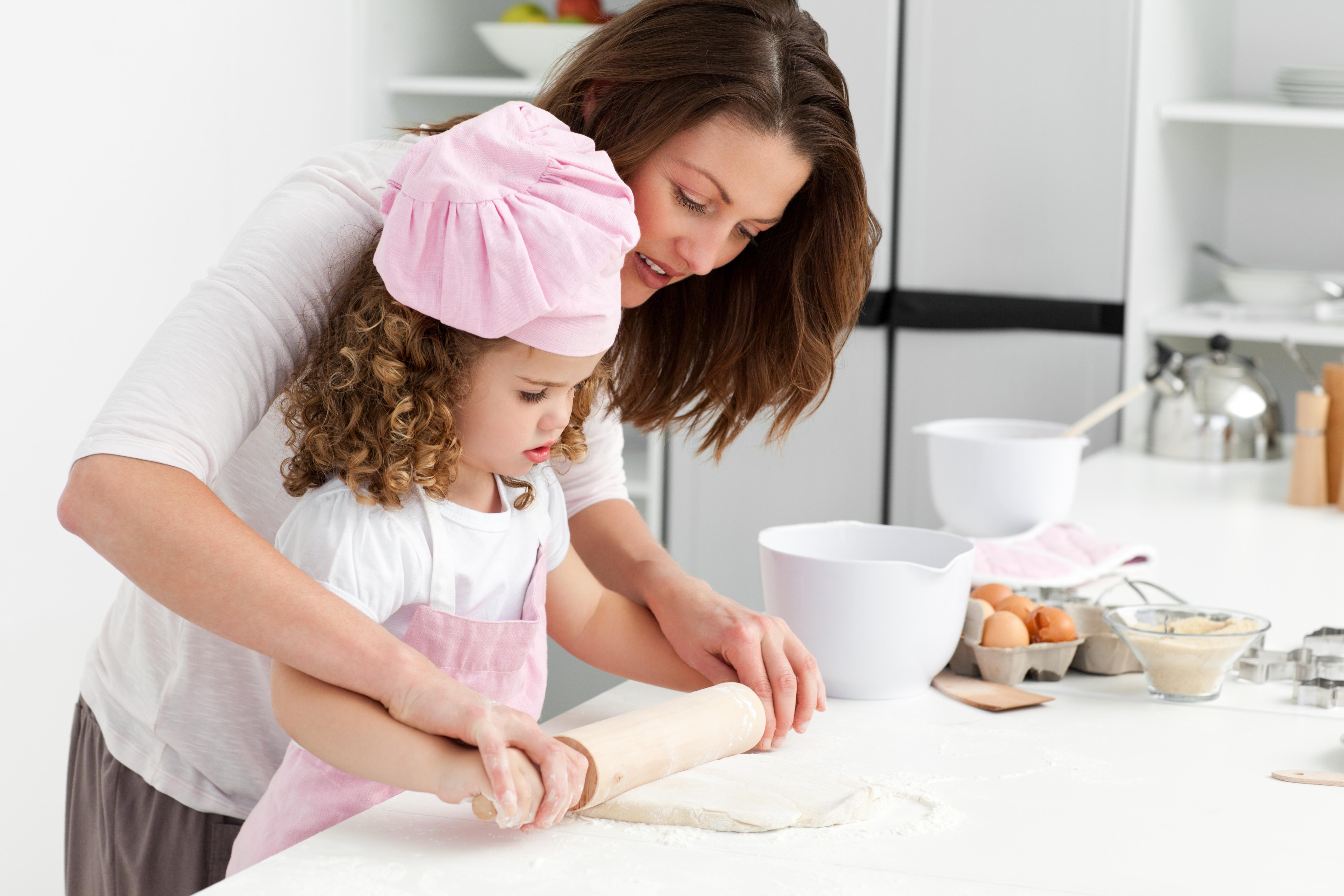 Madre e hija cocinando kitchen community for Cocinar para 5 personas